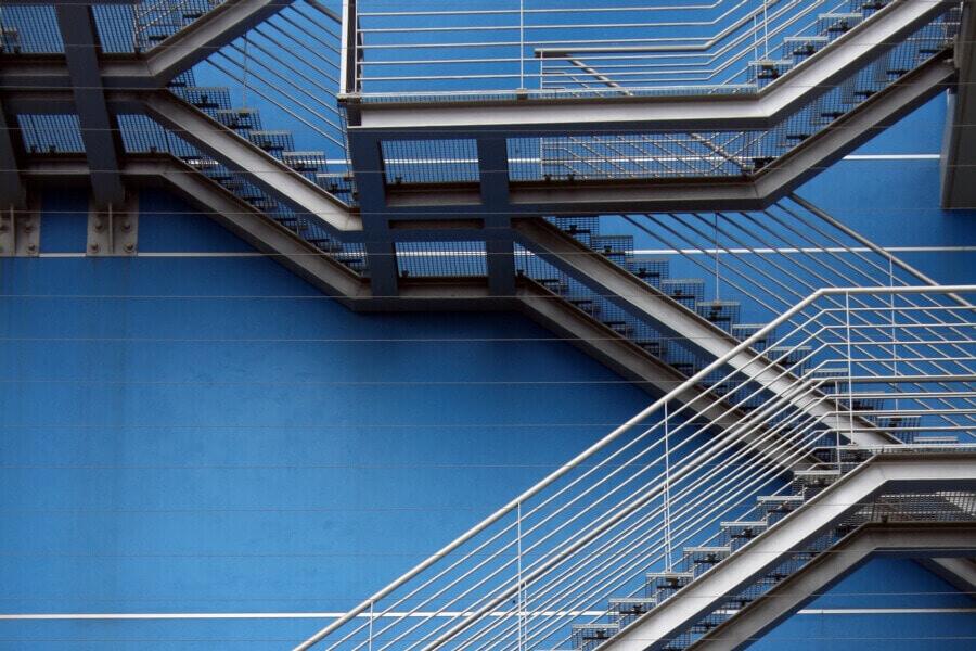 Scale in acciaio: sicurezza e design per capannoni e impianti industriali